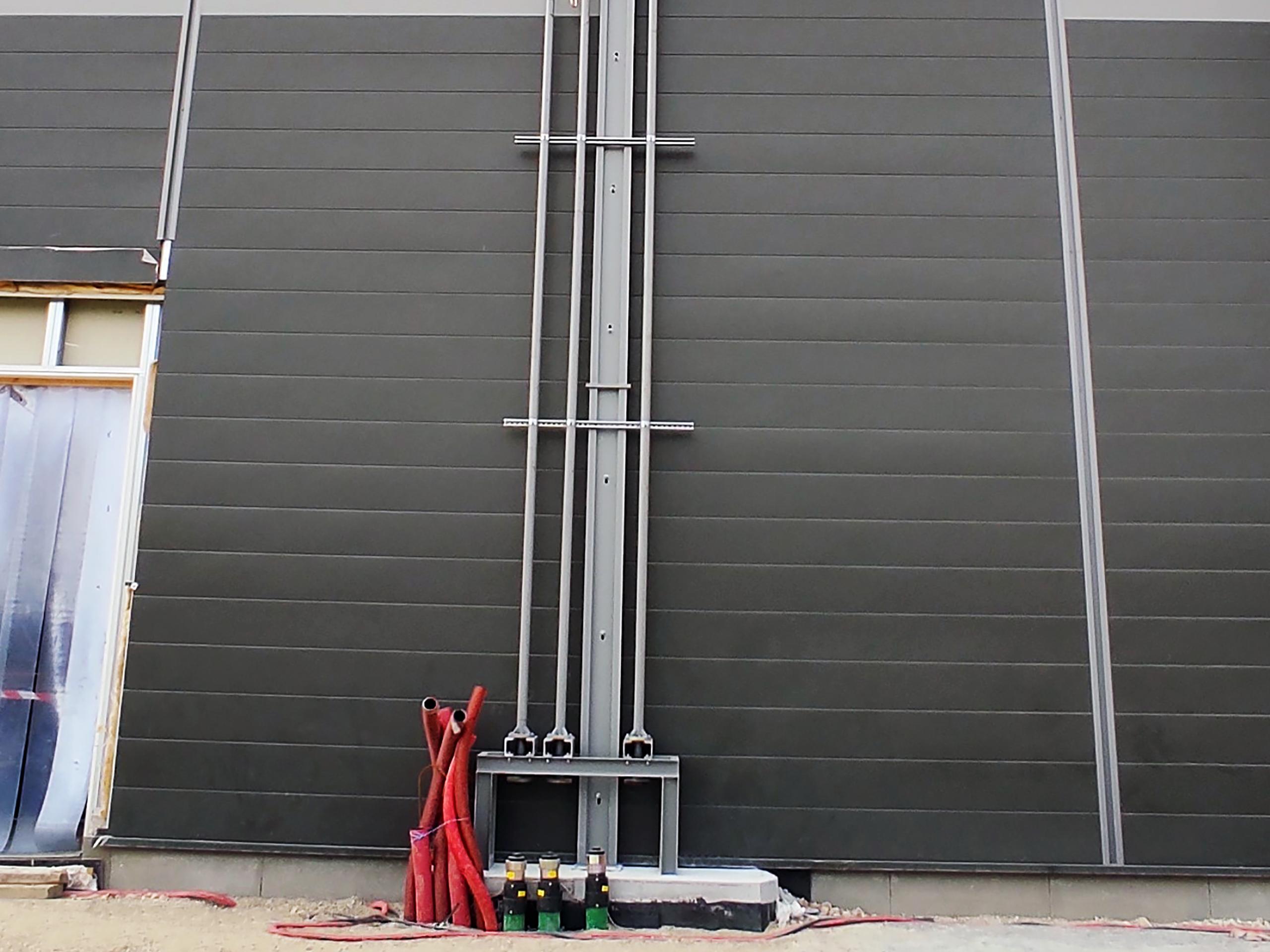 """Se instaló la tubería KPS de doble pared de 75/63 mm (2"""") para conectar los tanques de combustible a la tubería metálica que sube por la pared exterior de la instalación hasta el tejado"""