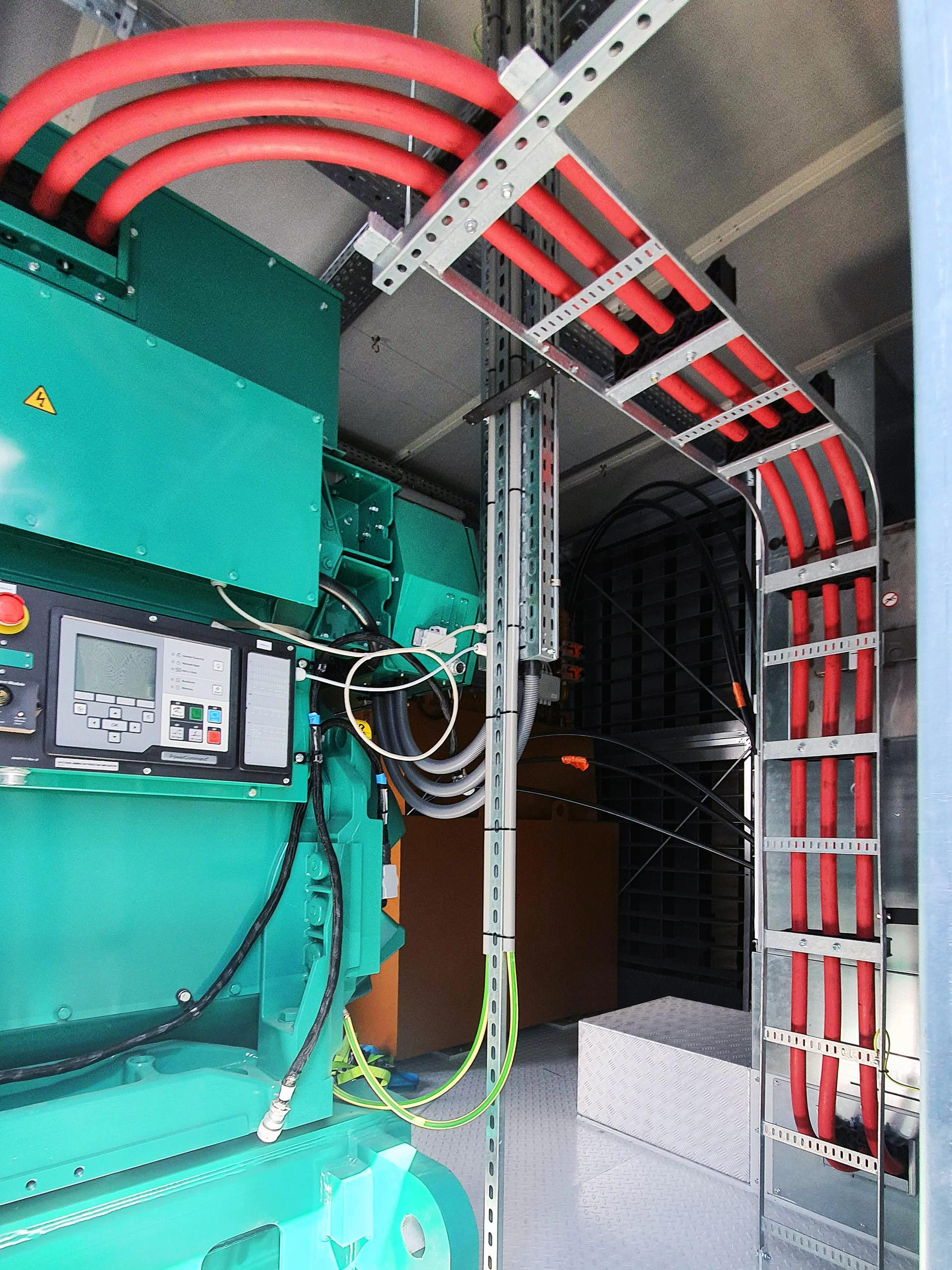 El sistema de tuberías de suministro de diésel conecta los tanques de combustible subterráneos con los generadores instalados en el tejado de la instalación.