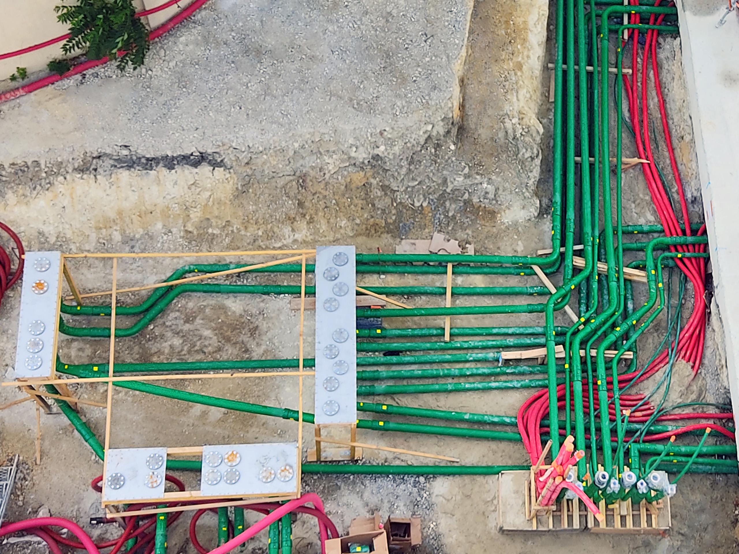 Des containers pré-équipés ont été posés sur les réservations d'arrivée de tuyaux.